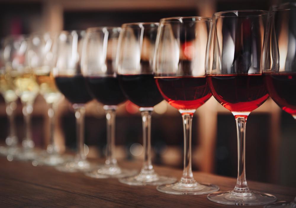вкусное грузинское вино красное полусладкое