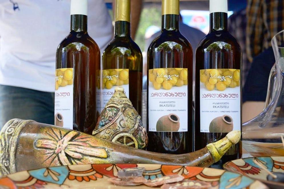 Грузинское полусладкое белое вино